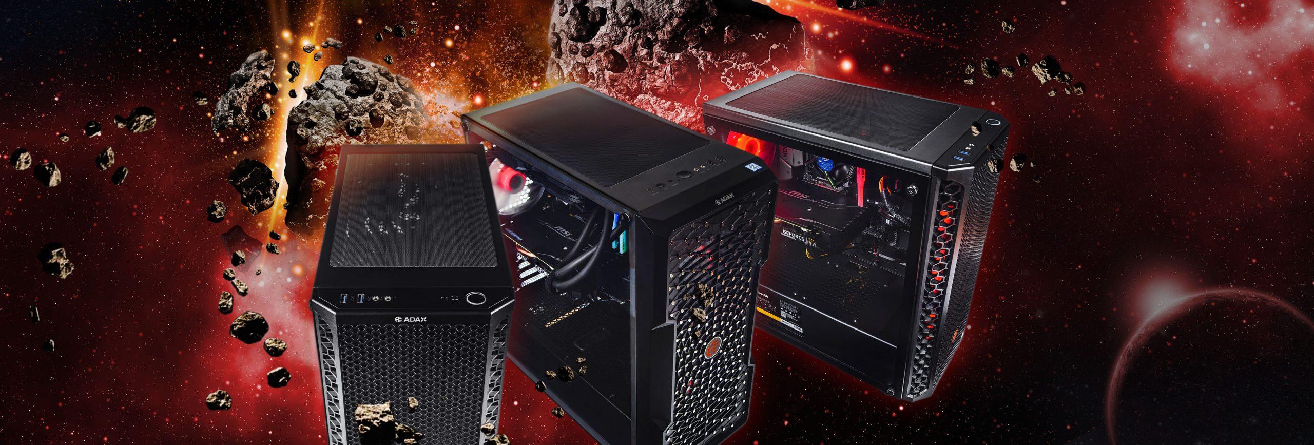 Trzy czarne komputery gamingowe ADAX Draco, podświetlane na czerwono i w ARGB. W tle przestrzeń kosmiczna, rozbijające się komety oraz zarys planety.